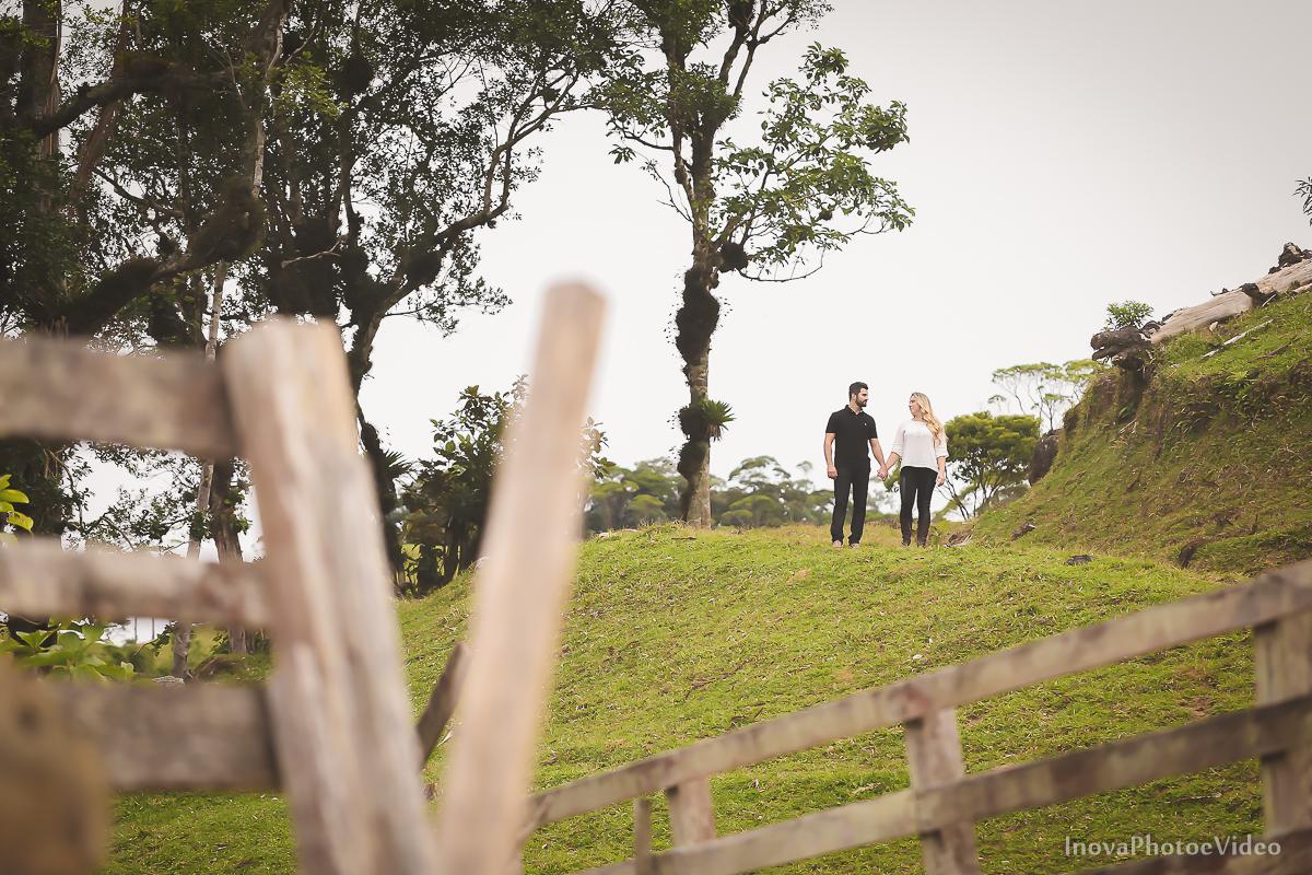ensaio-pre-wedding-Thayse-Muriel-Sitio-Natureza-Antônio-Carlos-SC-Noivos-inova-photo-video-casamento-namorados-cerca