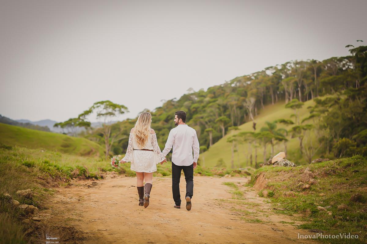 ensaio-pre-wedding-Thayse-Muriel-Sitio-Natureza-Antônio-Carlos-SC-Noivos-inova-photo-video-casamento-namorados-olhares-caminho-trilha