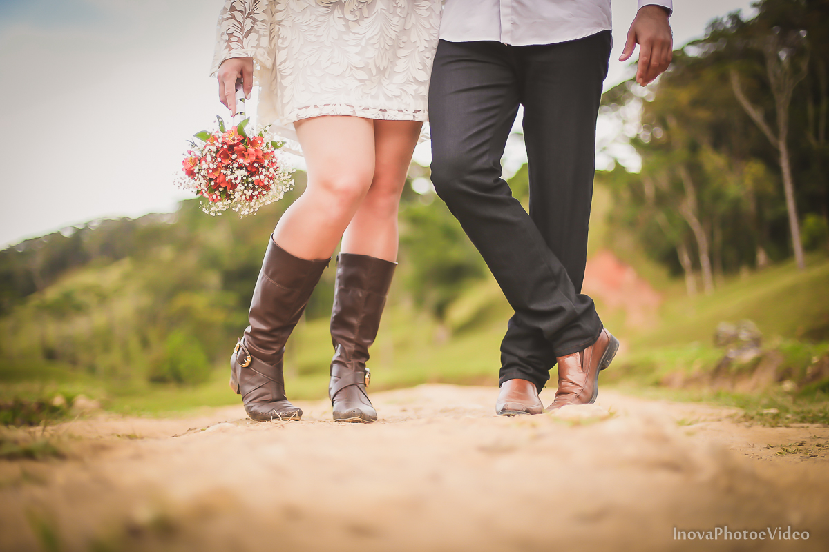ensaio-pre-wedding-Thayse-Muriel-Sitio-Natureza-Antônio-Carlos-SC-Noivos-inova-photo-video-casamento-namorados-shoes-buque