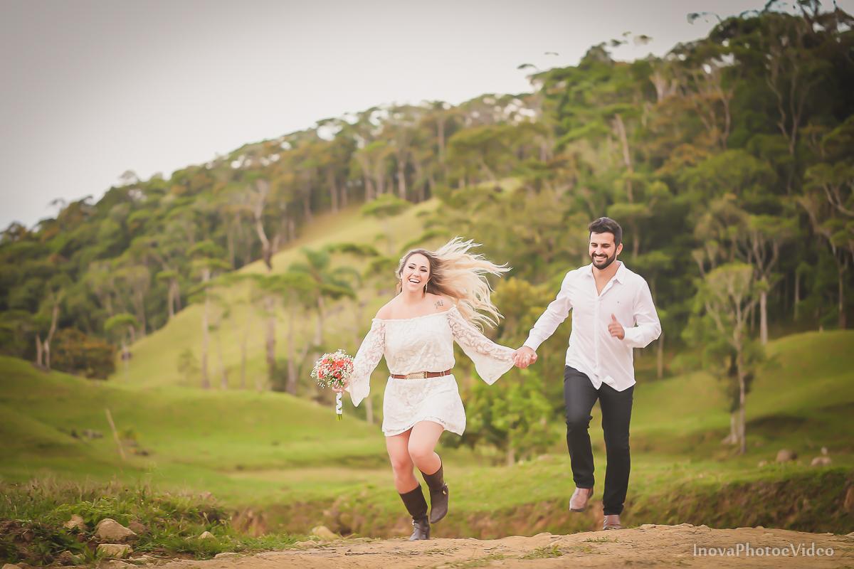 ensaio-pre-wedding-Thayse-Muriel-Sitio-Natureza-Antônio-Carlos-SC-Noivos-inova-photo-video-casamento-namorados-corrida-cabelos-vento