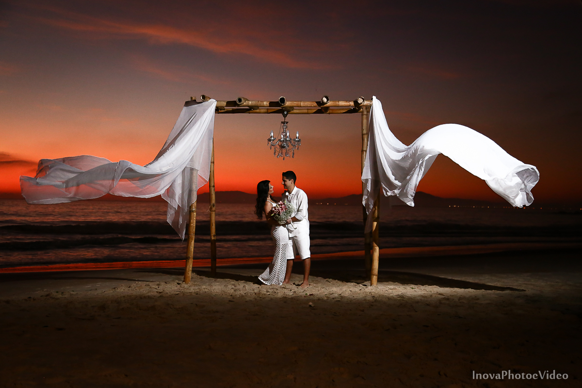 pre-wedding-Amanda-Gabriel-Governador-Celso-Ramos-Fotografia-Ensaio-Casamentos-picture-nascer-do-sol-inova-photo-e-video-florianopolis-noivos-namorados-sol-praia-beach-white