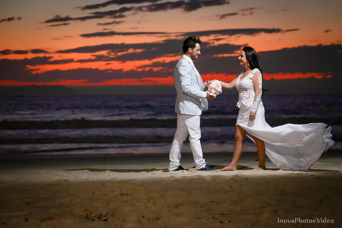 trash-the-dress-rubnei-leonara-governador-celso-ramos-amanhecer-nascer-do-sol-praia-inova-photo-fotografia-casamento-wedding-noivos-casal-vestido-de-noiva-bride-noivo-buque