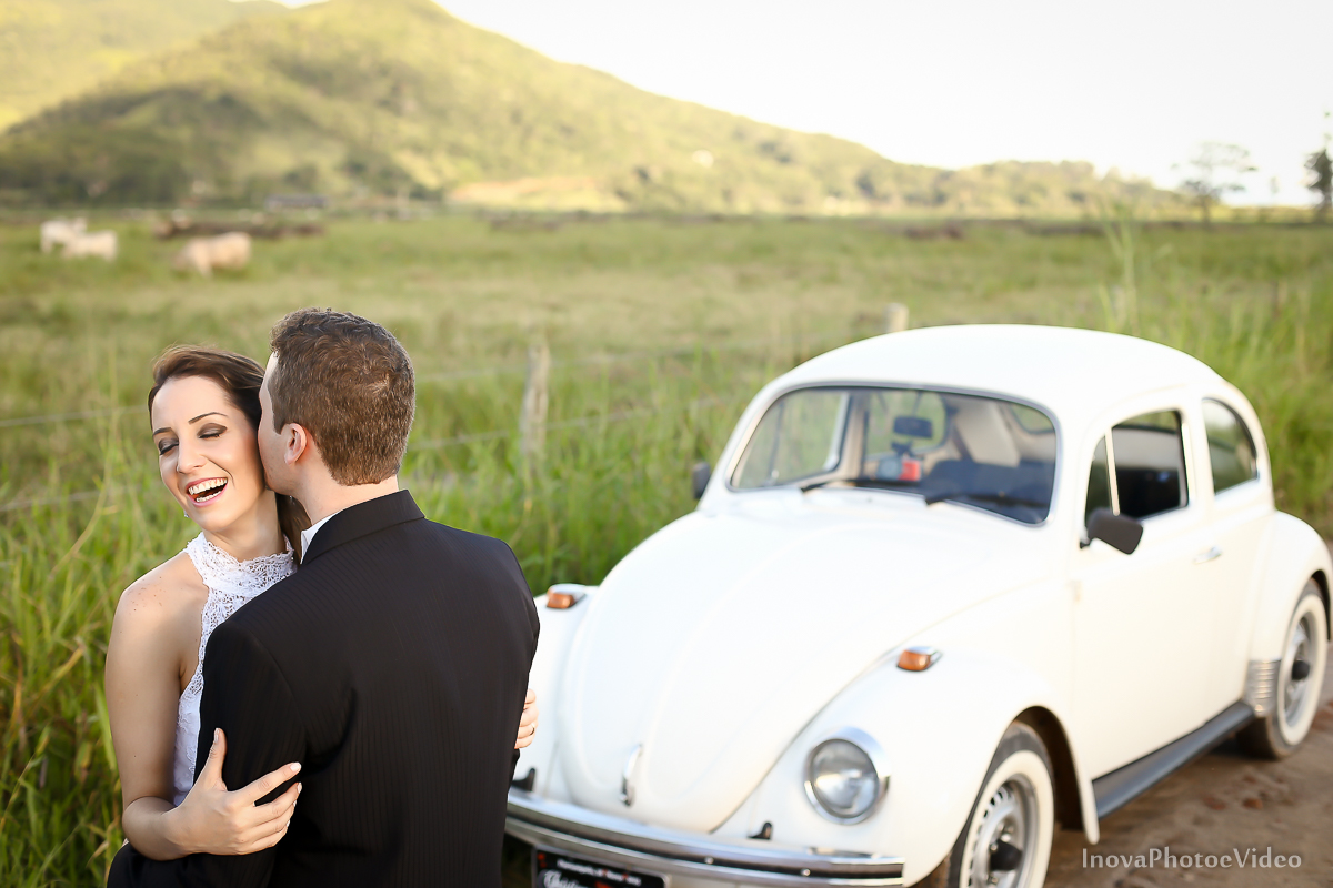 trash-the-dress-wedding-noivos-vestido-de-noiva-casamento-fusquinha-fusca-preto-branco-pb-estrada-Governador-Celso-Ramos-Marcus-Christiane-inova-photo-vídeo-bride-felicidade-amor