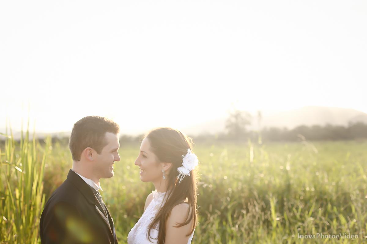 trash-the-dress-wedding-noivos-vestido-de-noiva-casamento-fusquinha-fusca-preto-branco-pb-estrada-Governador-Celso-Ramos-Marcus-Christiane-inova-photo-vídeo-bride-olhares-amor-paixao-por-do-sol