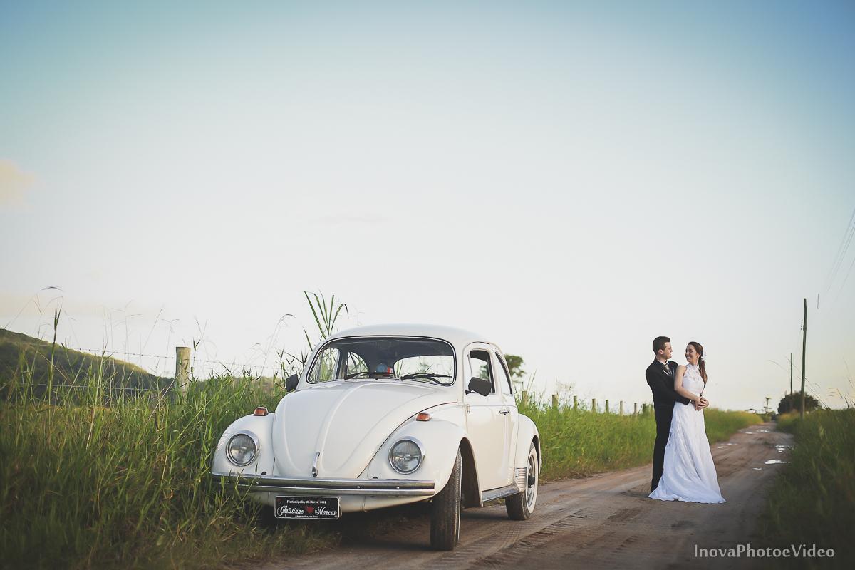 trash-the-dress-wedding-noivos-vestido-de-noiva-casamento-fusquinha-fusca-preto-branco-pb-estrada-Governador-Celso-Ramos-Marcus-Christiane-inova-photo-vídeo-bride-olhares