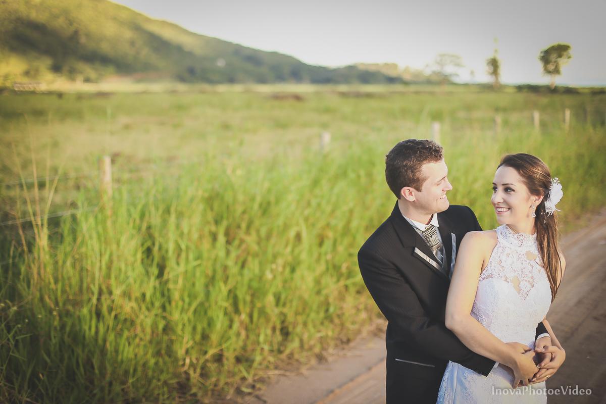 trash-the-dress-wedding-noivos-vestido-de-noiva-casamento-fusquinha-fusca-preto-branco-pb-estrada-Governador-Celso-Ramos-Marcus-Christiane-inova-photo-vídeo-bride