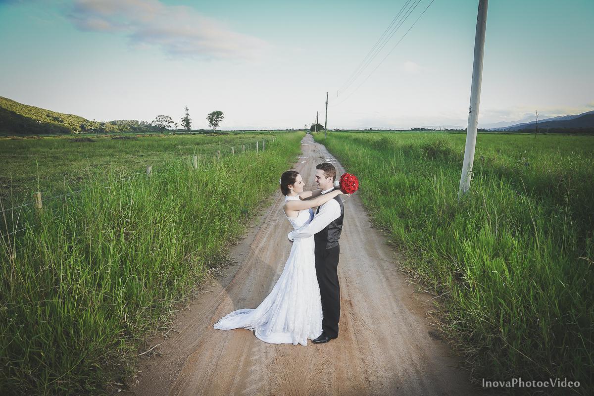 trash-the-dress-wedding-noivos-vestido-de-noiva-casamento-fusquinha-fusca-preto-branco-pb-estrada-Governador-Celso-Ramos-Marcus-Christiane-inova-photo-vídeo-bride-buque