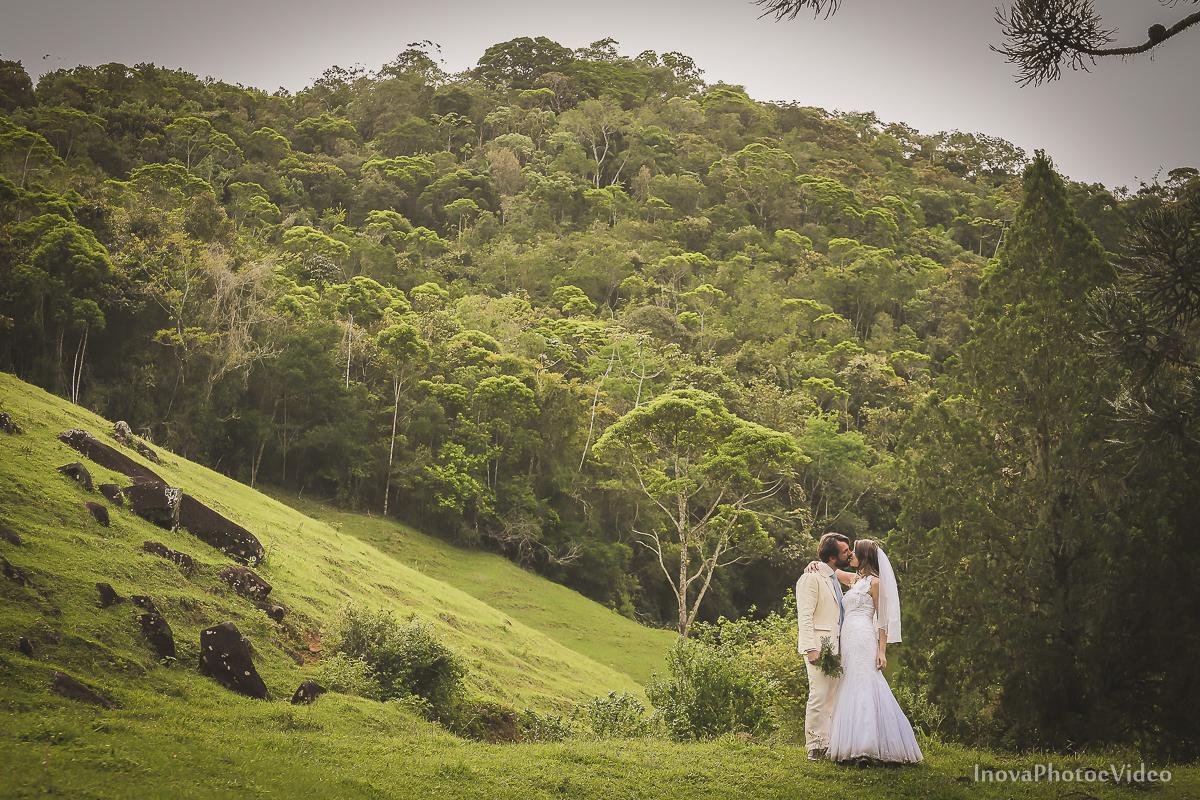 trash-the-dress-sitio-Antônio-Carlos-SC-vestido-noiva-noivos-casal-wedding-photo-fotografia-Phillip-Daniela-beijo-veu-buque