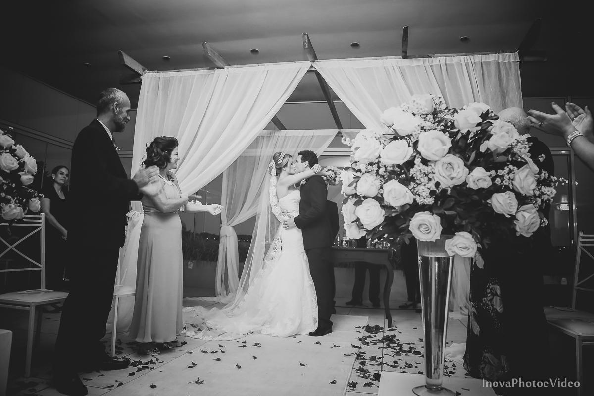casamento-Antônio-Lais-Lic-Floripa-SC-Brasil-Wedding-beijo-aplausos-preto-e-branco