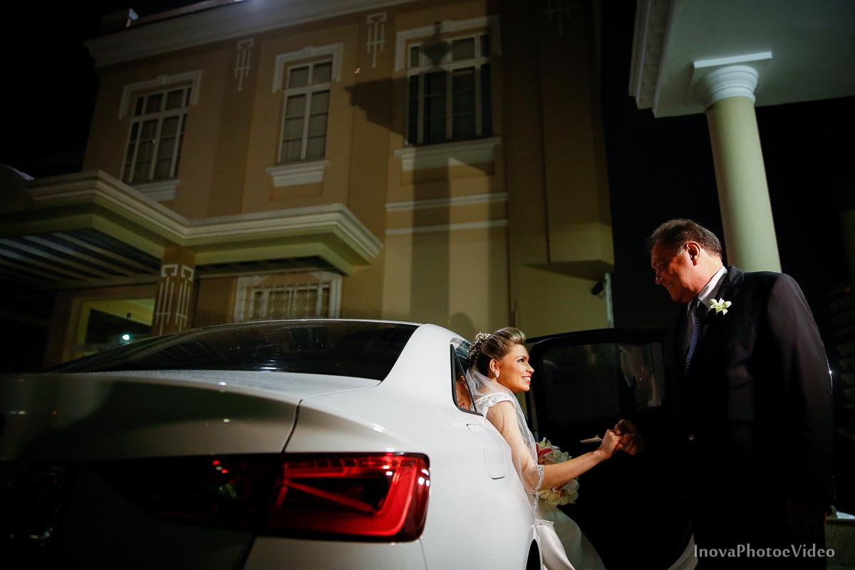 wedding-Magestic-Hotel-Florianópolis-Rodrigo-Silvana-Igreja-Colégio-Catarinense-Fine-Cabelereiros-Inova-Photo-Bride-noivos-casamento-casal-amor-chegada-noiva-carro-pai-sentimento-alegria-sorriso