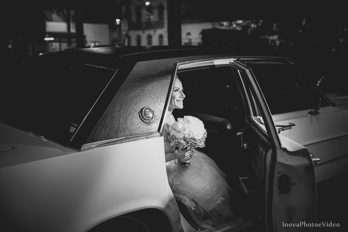 wedding-Renato-Fabricia-casamento-matriz-Biguaçu-SC-inova-photo-video-cerimonia-chegada-noiva-carro-buque
