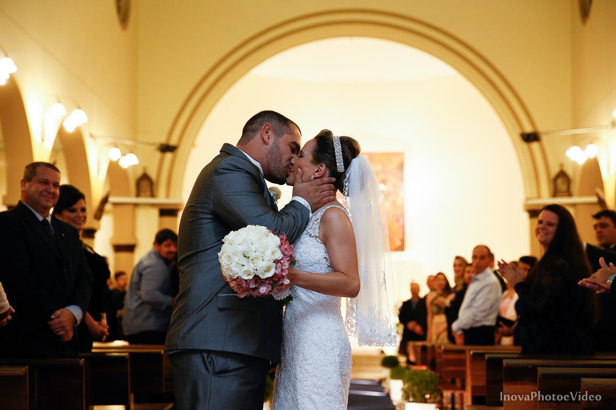 wedding-Renato-Fabricia-casamento-matriz-Biguaçu-SC-inova-photo-video-cerimonia-beijo-porta-igreja