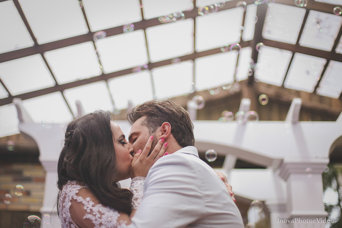 wedding-casamento-Rubnei-Leonara-Sitio-das-Figueiras-Biguaçu-SC-noivos-casados-campo-casa-inova-photo-video-cerimonia-beijo-casal