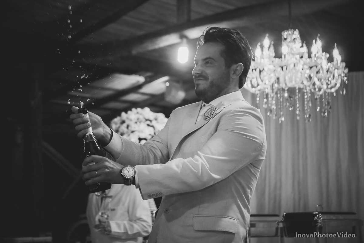 wedding-casamento-Rubnei-Leonara-Sitio-das-Figueiras-Biguaçu-SC-noivos-casados-campo-casa-inova-photo-video-recepcao-noivo-abre-estoura-champagne