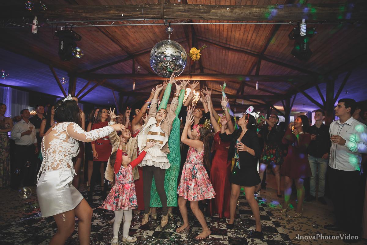 wedding-casamento-Rubnei-Leonara-Sitio-das-Figueiras-Biguaçu-SC-noivos-casados-campo-casa-inova-photo-video-recepcao-noiva-joga-o-buque