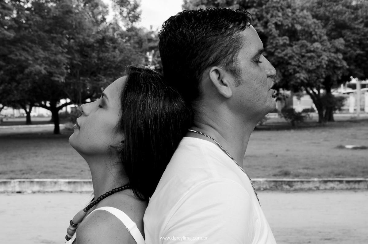 pais juntos unidos pelas costas
