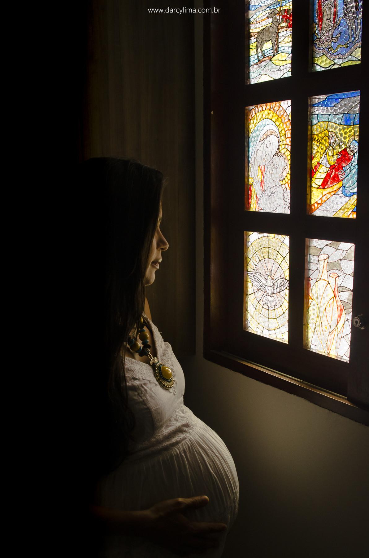 retrato da gravida contemplando o vitral pintado por ela