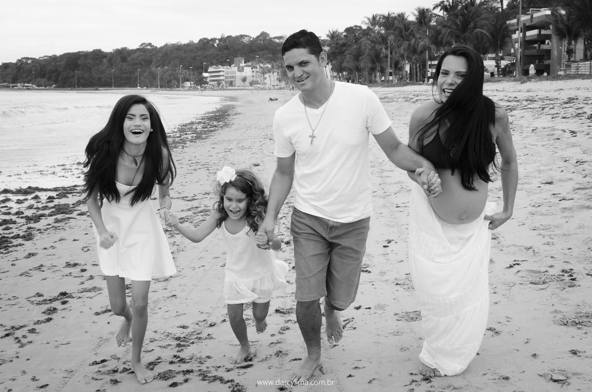 familia correndo na praia