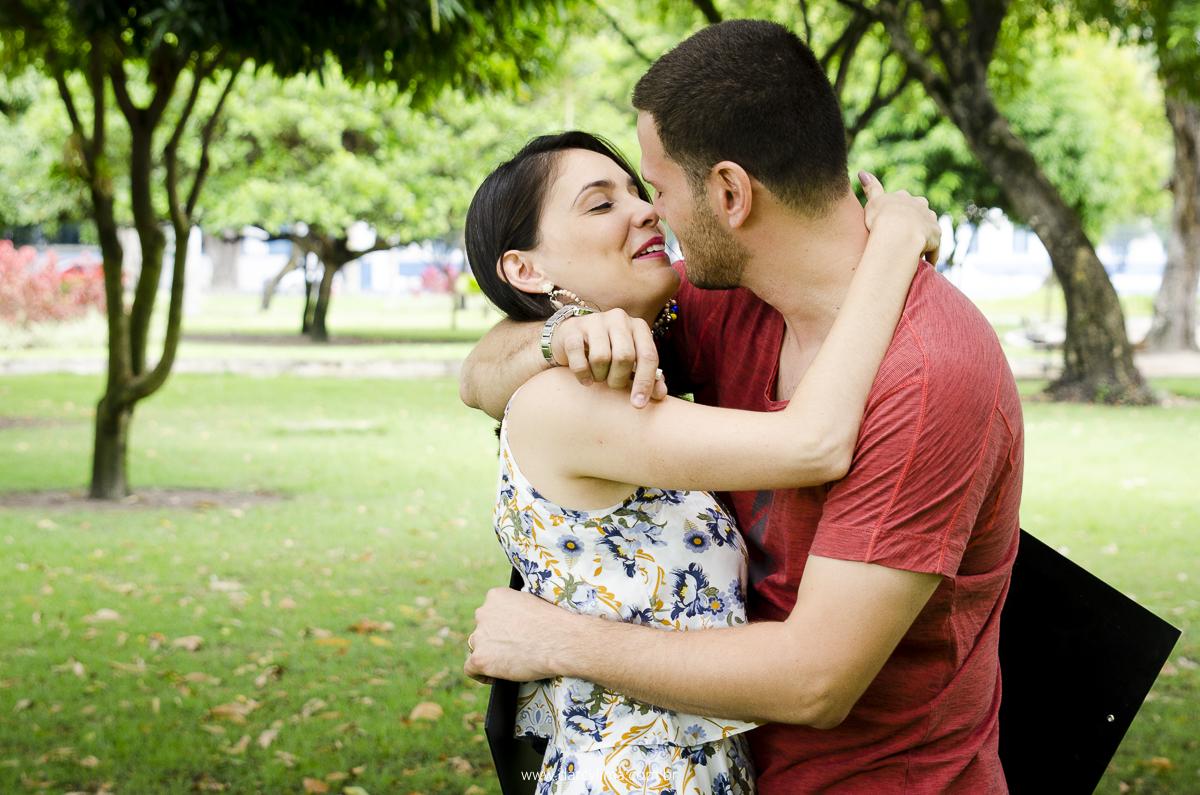 beijo do casal na celebração da gravidez