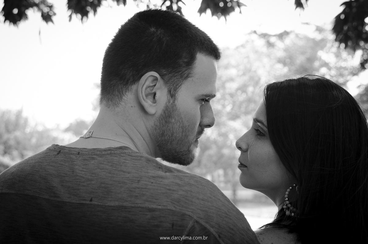 retrato de casal se ohando
