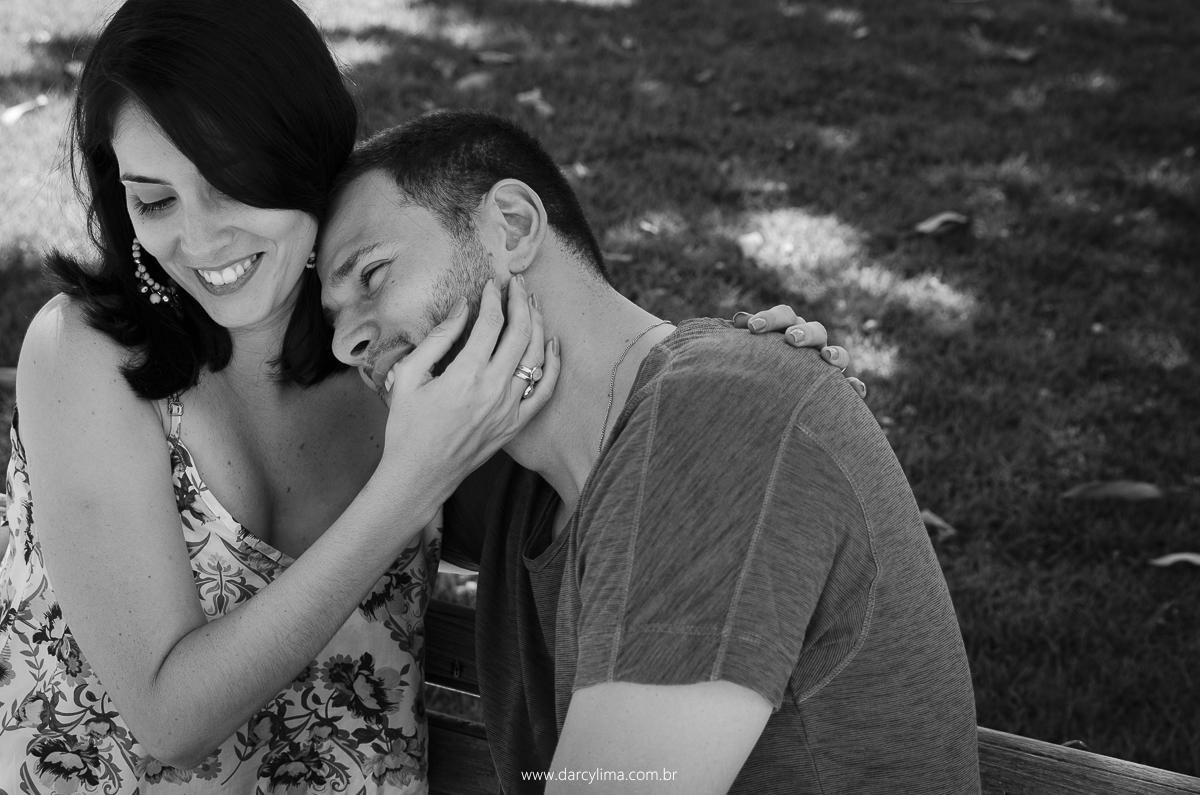 casal abraçado e sorridente