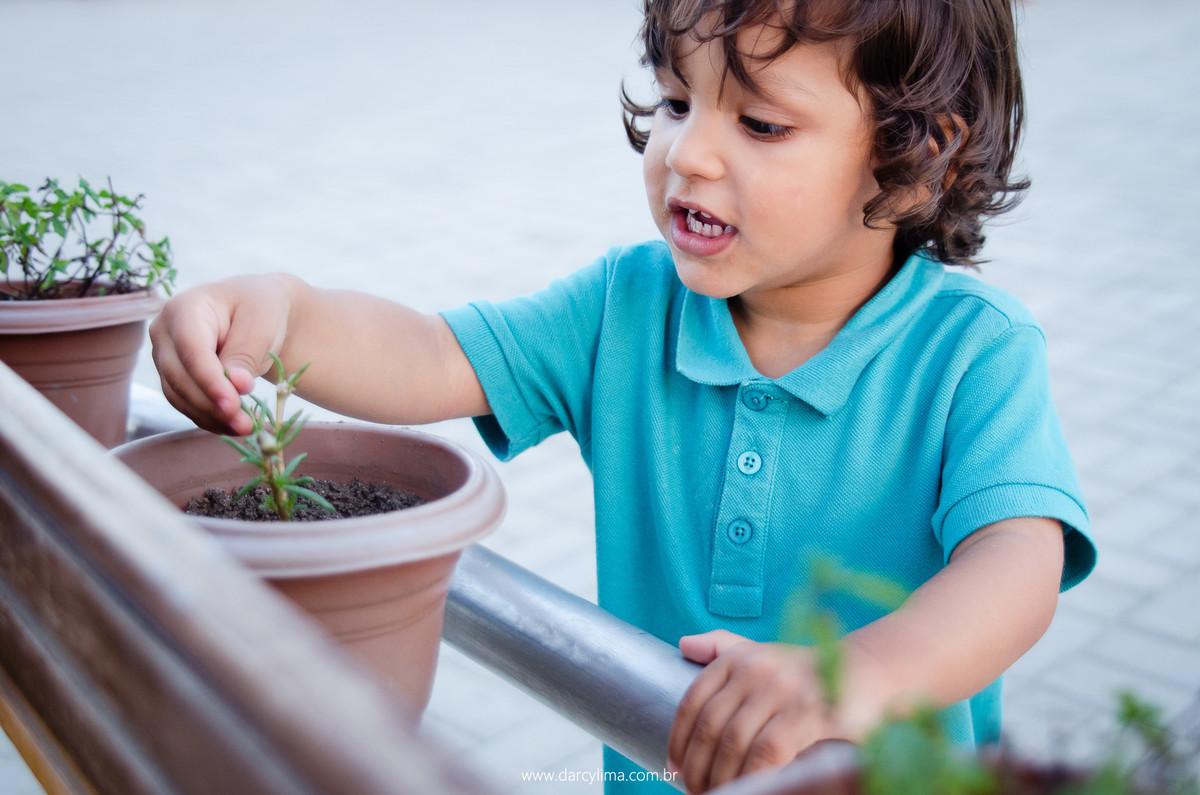 interação de criança com a plantinha