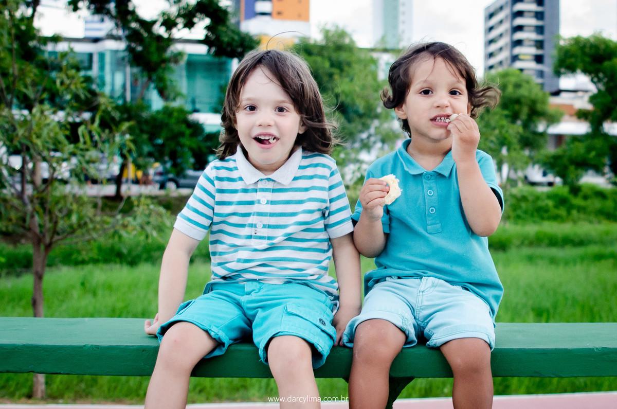 retrato de crianças comendo sequilho