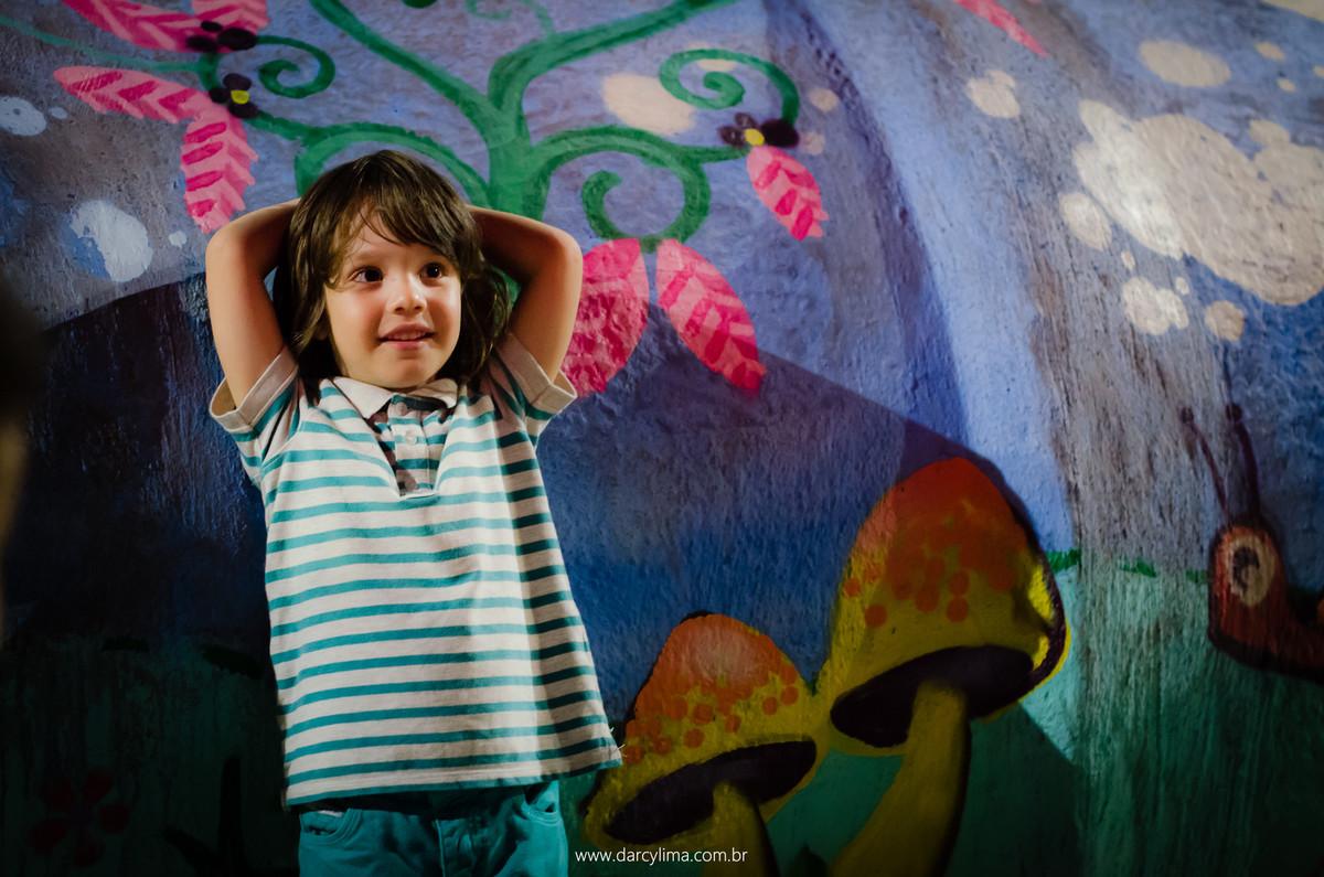 retrato de menino no parque