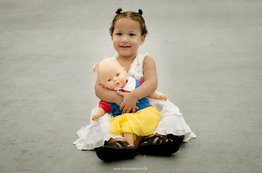 retrato de Laura e sua boneca Lili