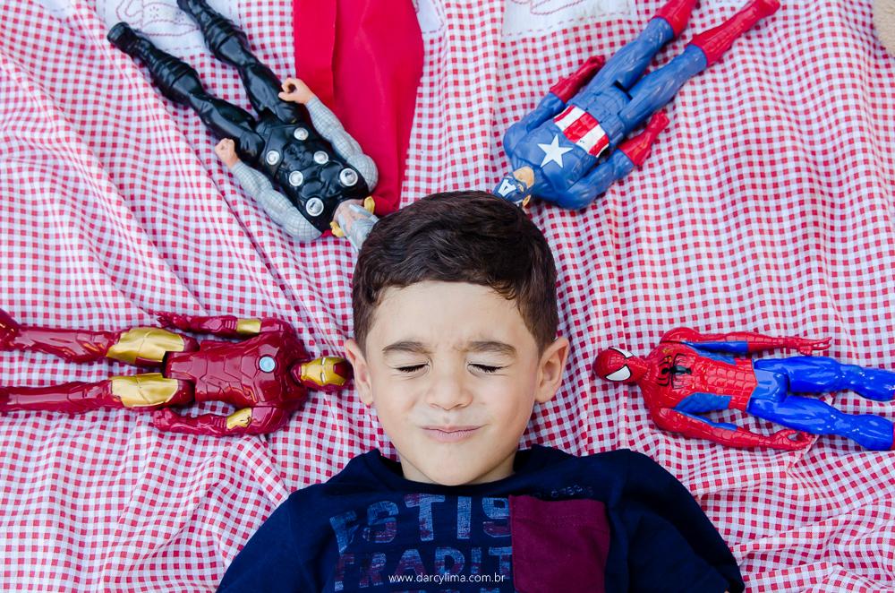 João deitado com os brinquedos