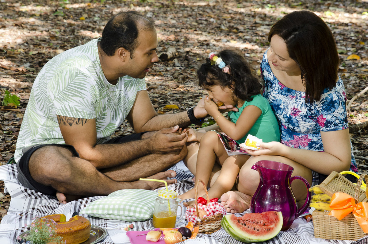 familia fazendo um pequenique na floresta