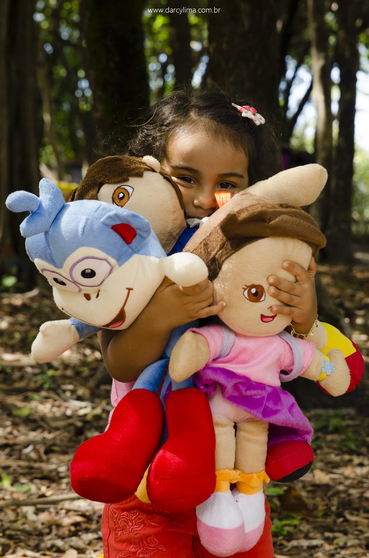 retrato de alice na floresta do bosque dos sonhos com seu bonecos da Dora Aventureira