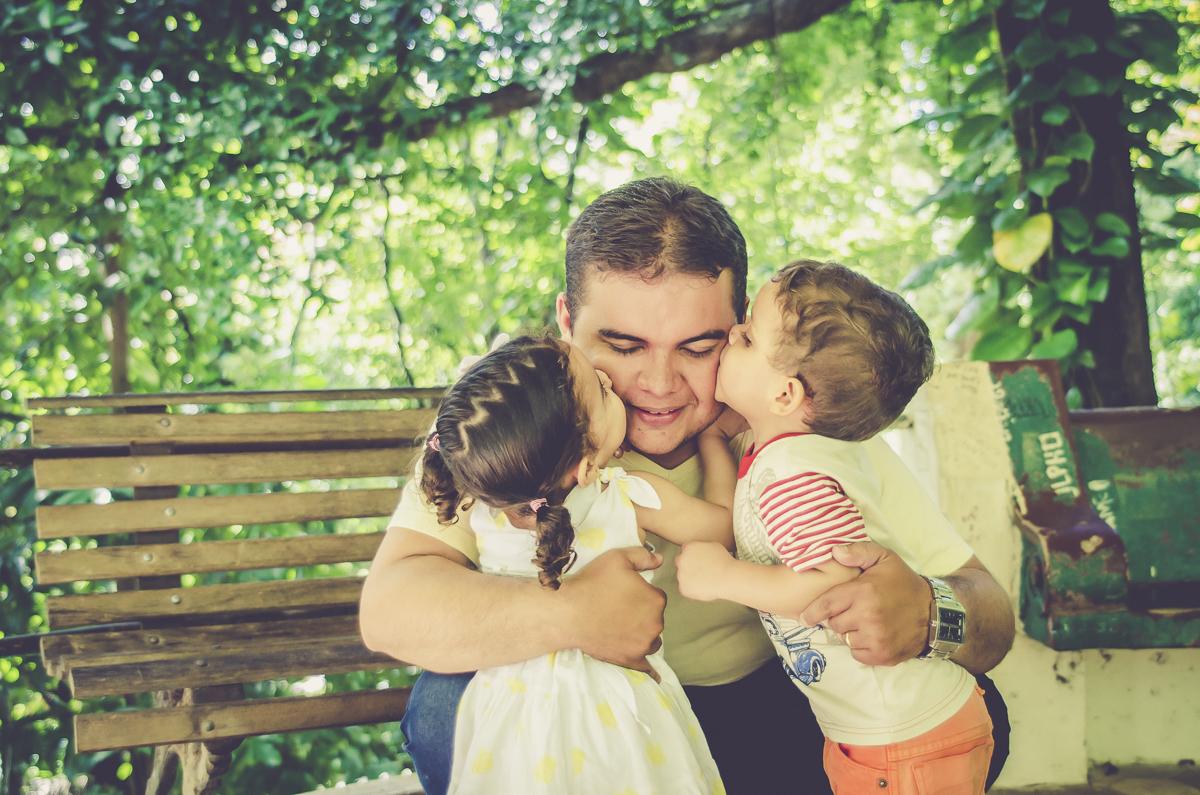 crianças beijando o pai