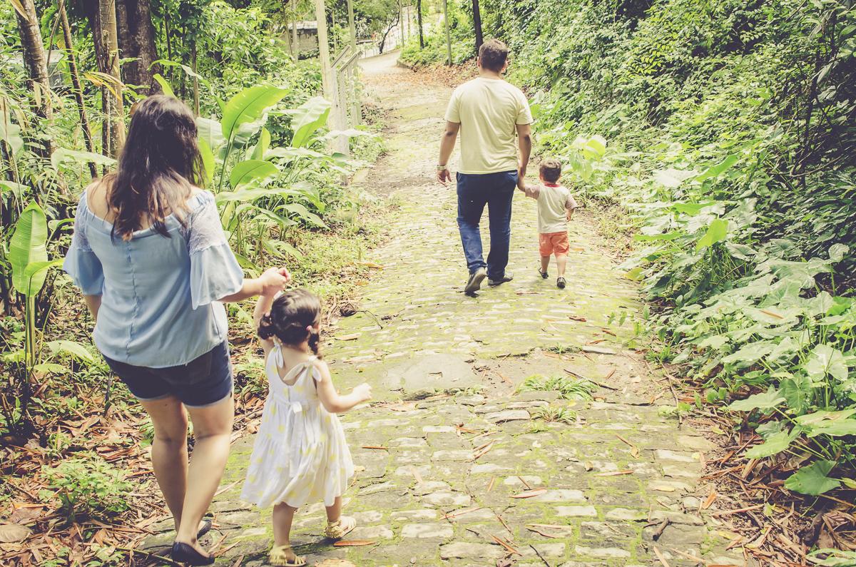 familia fazendo trilha