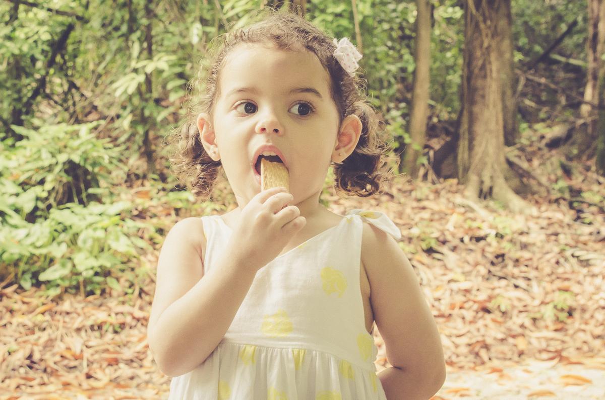 menina comendo biscoito