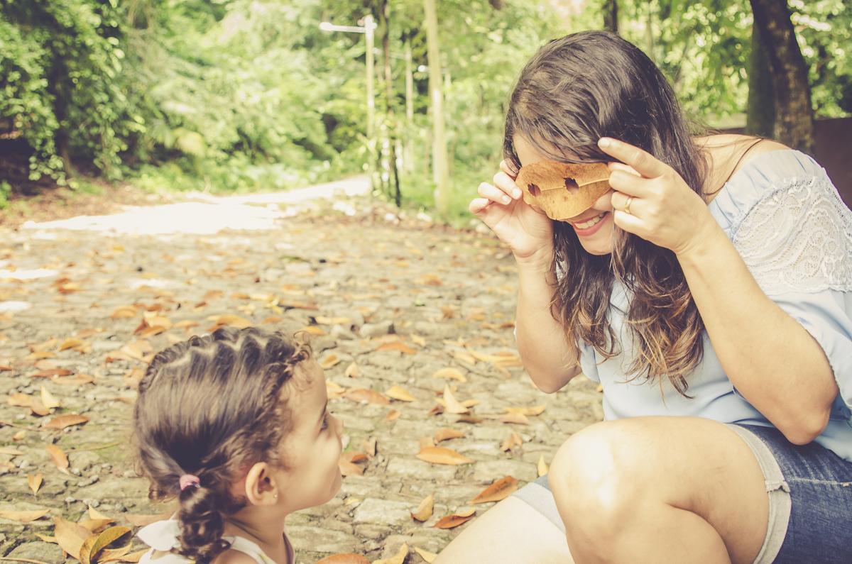 mae e filha brincando de mascara