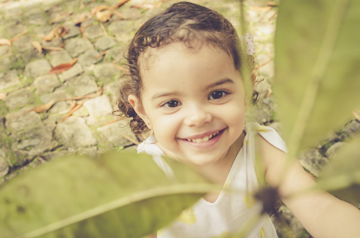 menina nas folhas