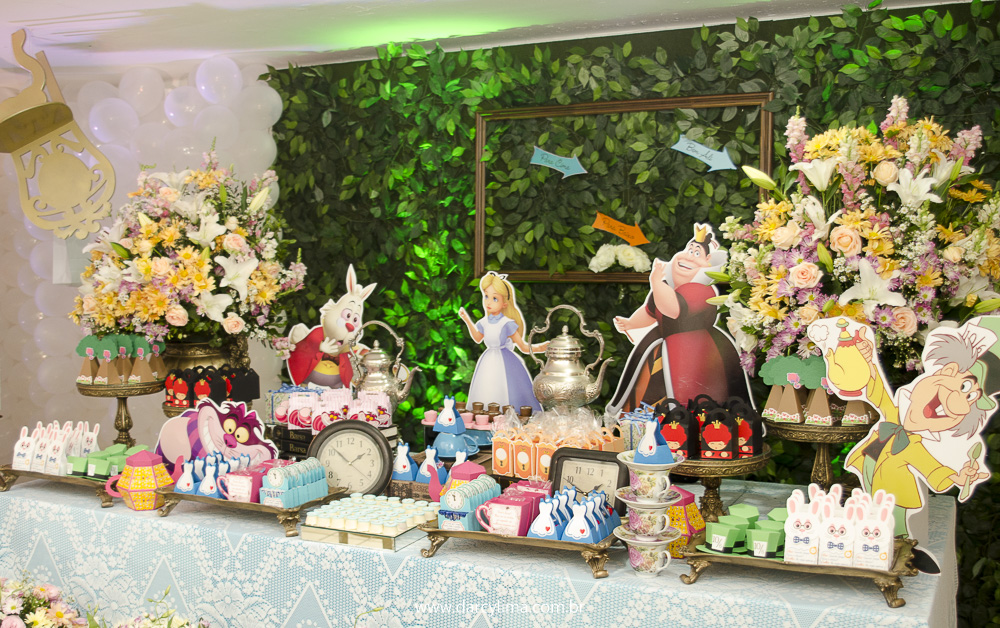 Mesa do Bolo com tema Alice no Pais das Maravilhas
