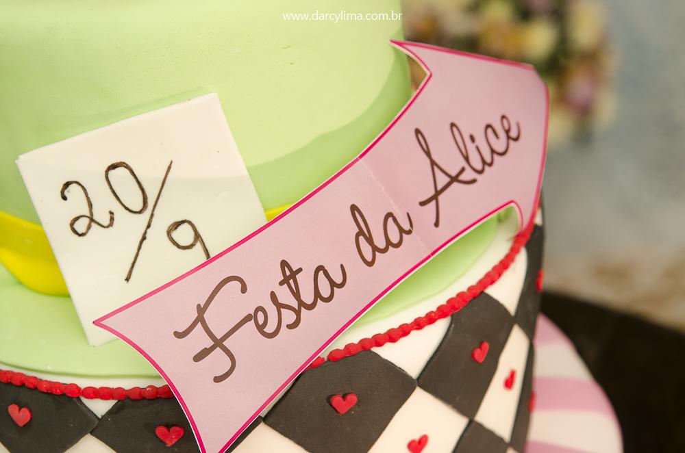 Bolo de aniversario da festa de Alice com o tema Alice no Pais das Maravilhas