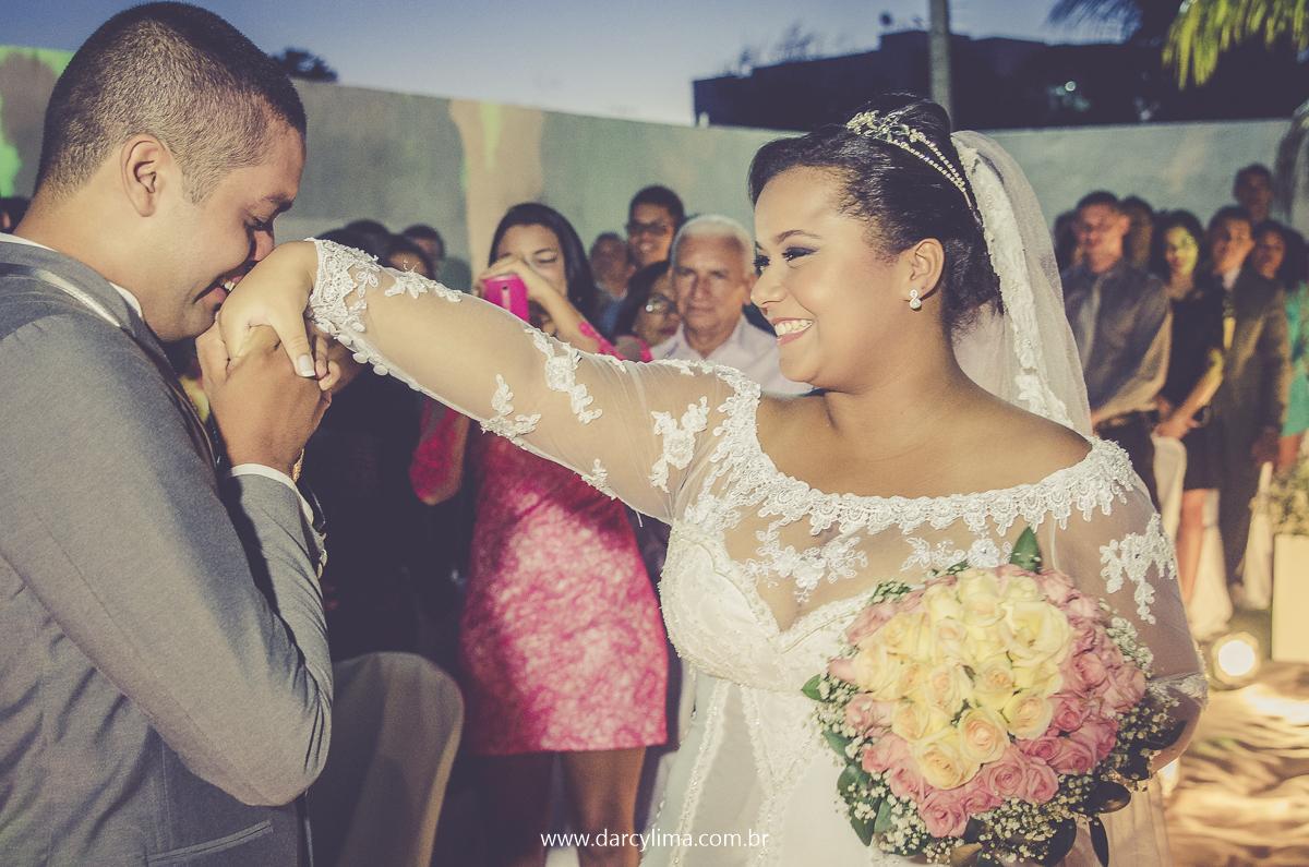 noivo beija a mão de sua noiva ao encontra-la no altar