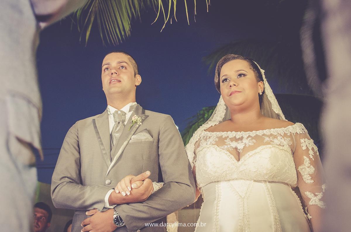 casal de noivos emocionados