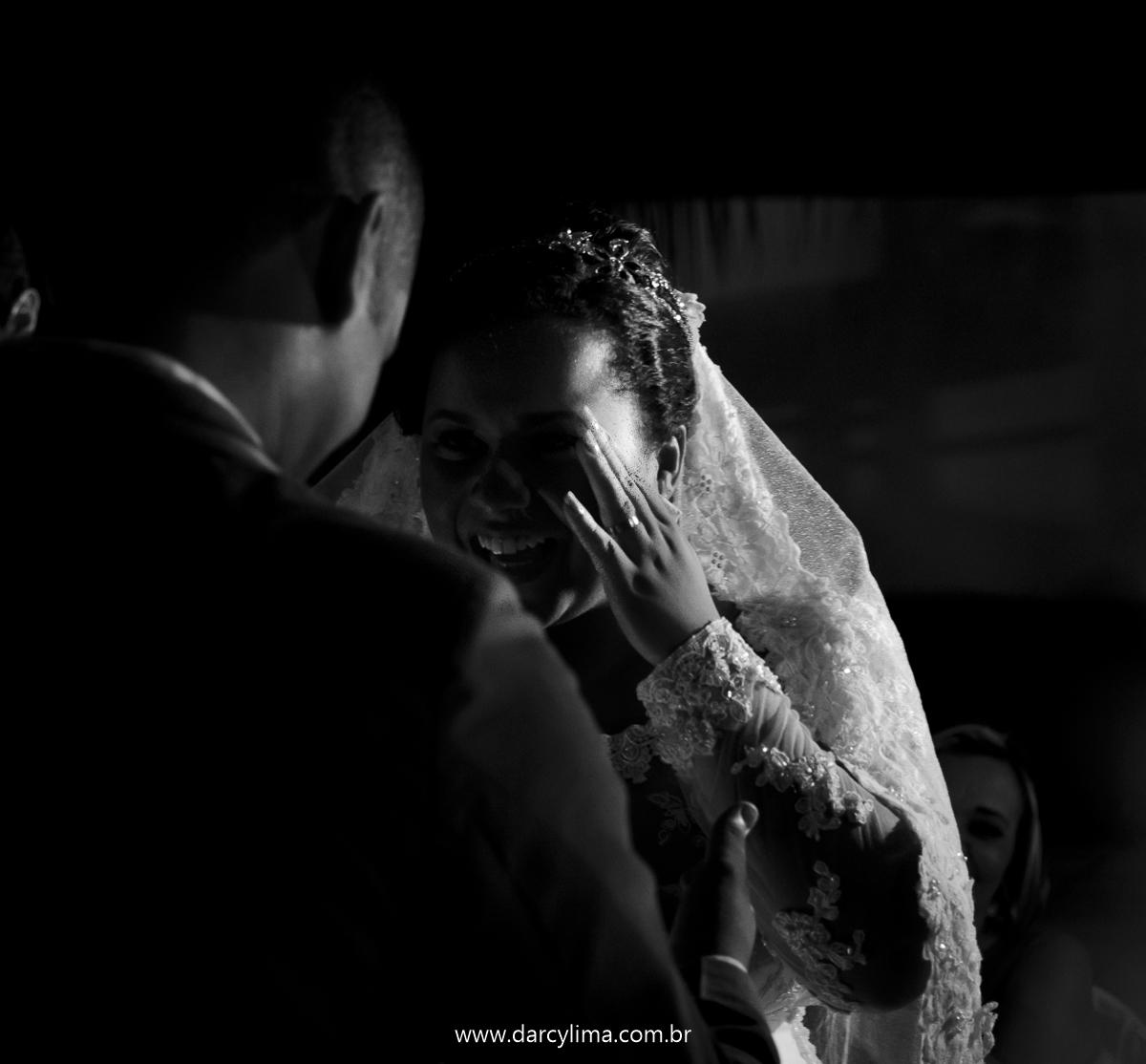 noivos numa fotografia preto e branco olhando um para o outro