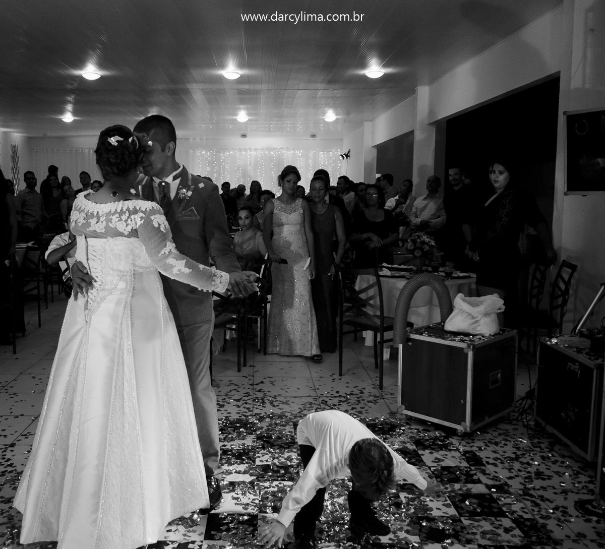 criança rouba a cena na primeira dança do casal