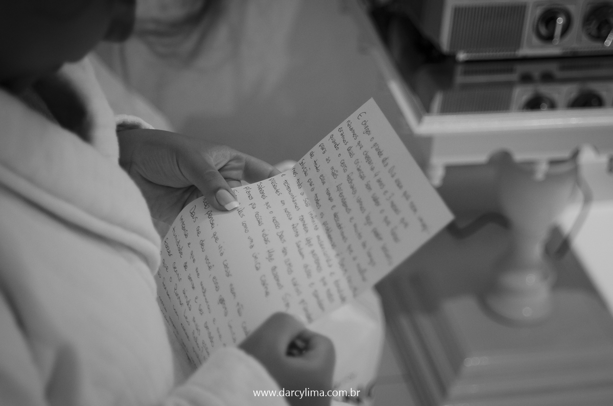 noiva lendo a carta de declaração de amor