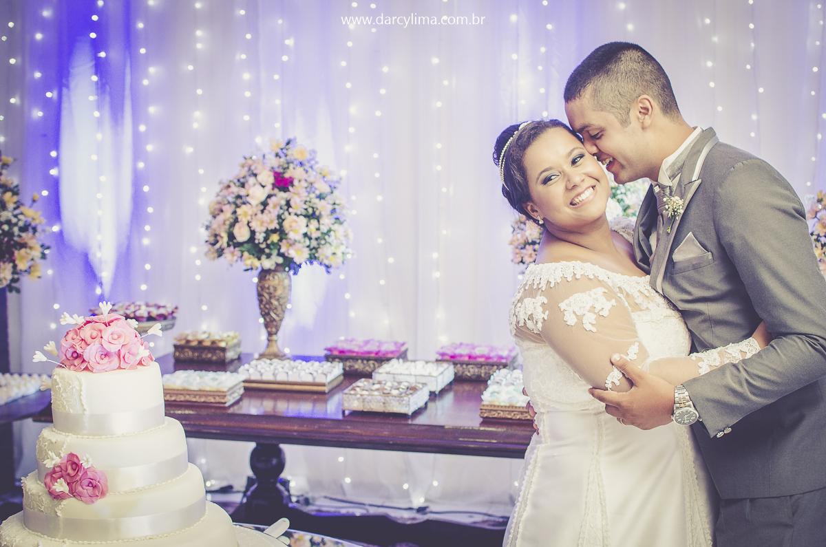 retrato dos noivos na mesa do bolo da festa de casamento