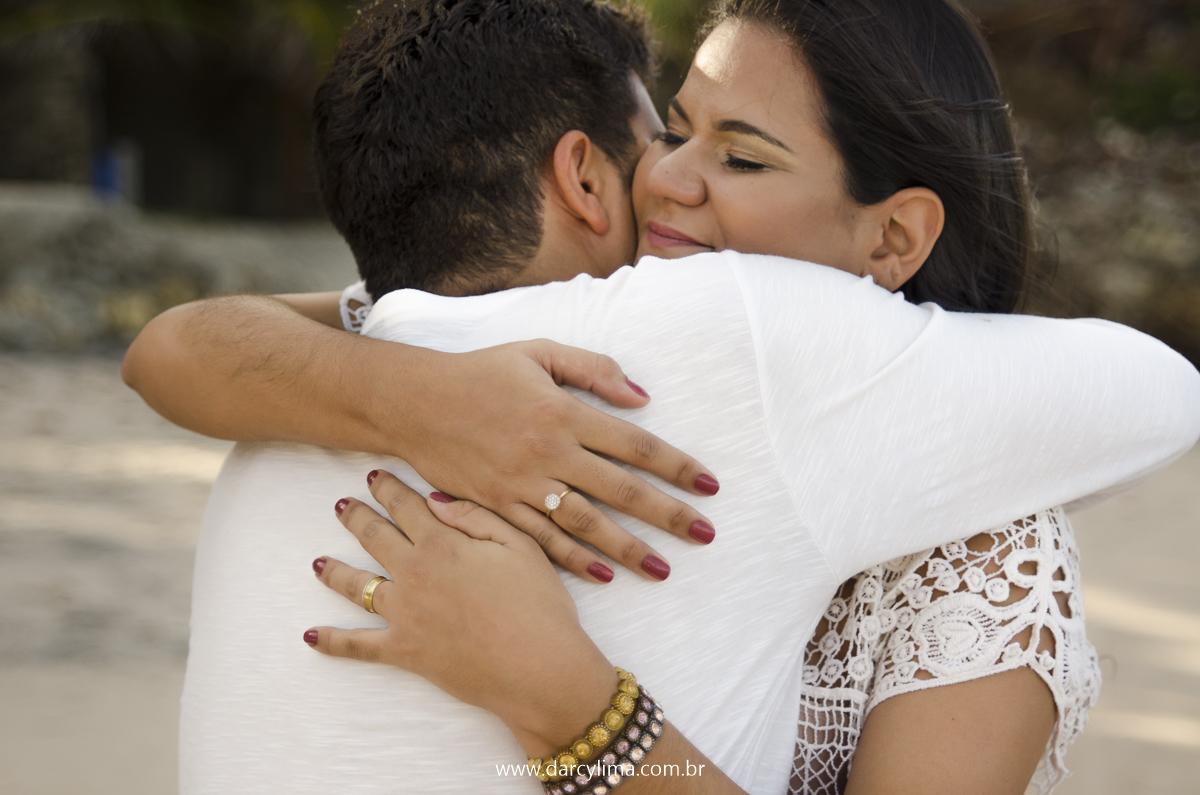 braço carinhoso de casal na praia de carapibus