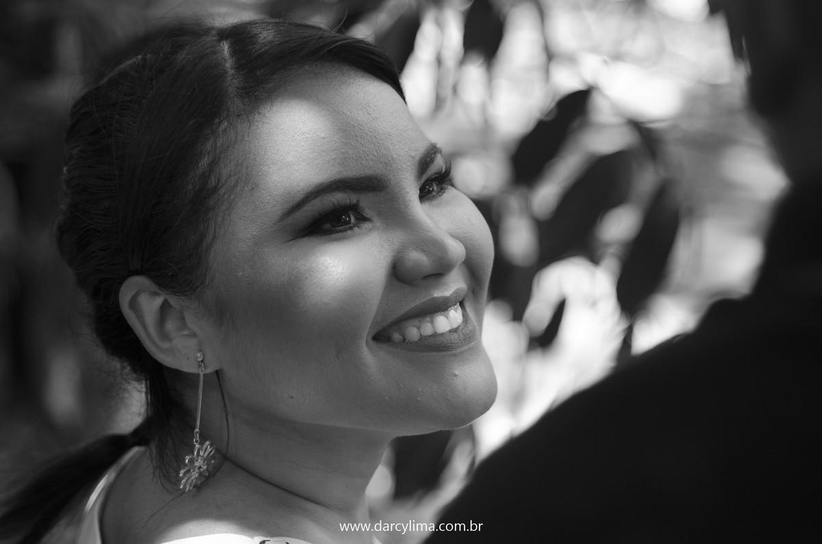 noiva sorrindo num retrato preto e branco