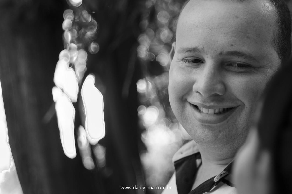 noivo olhando para noiva e sorrindo numa fotografia preto e branco