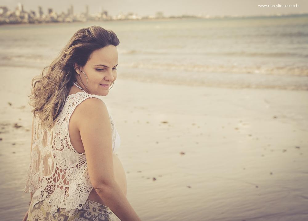 Gestante com o sorriso no rosto na praia de cabo branco Pb
