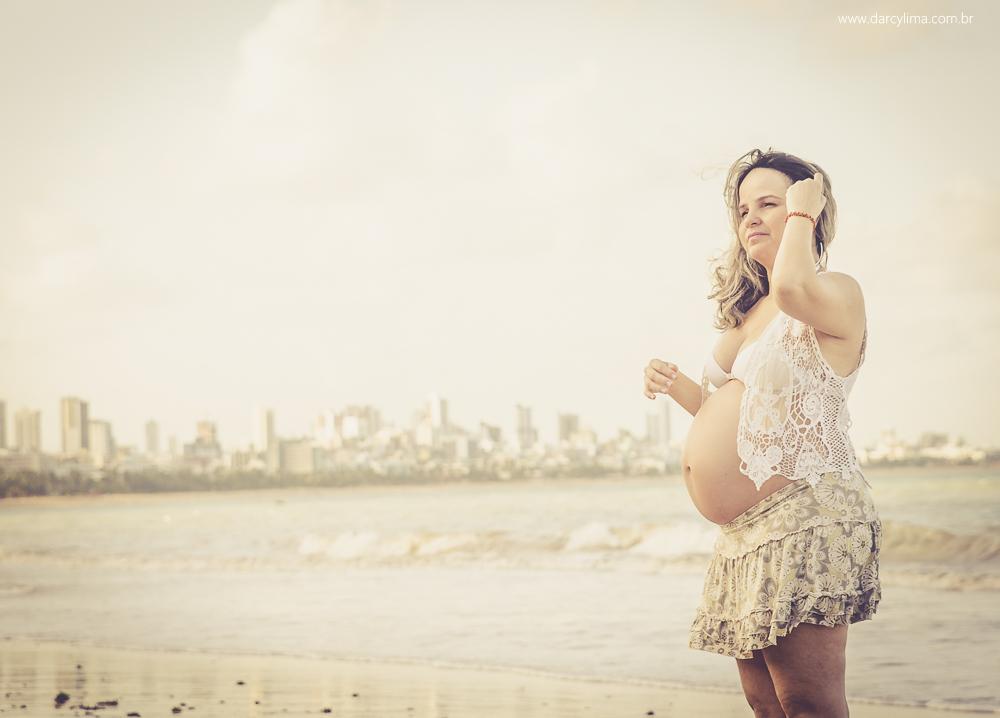 Gestante na praia de cabo branco PB ajeitando o cabelo